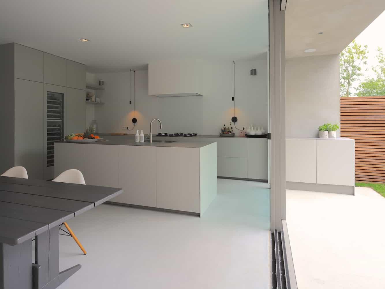 Keuken met buitenkeuken en groot kookeiland pitt cooking op