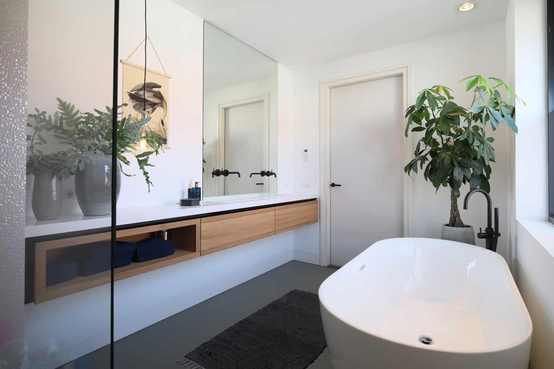Badkamer met zwevend badmeubel