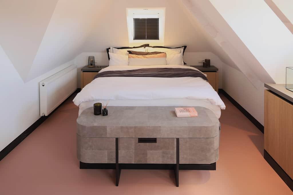 Chique slaapkamer met leren patchwork dressoir en matching nachtkastjes